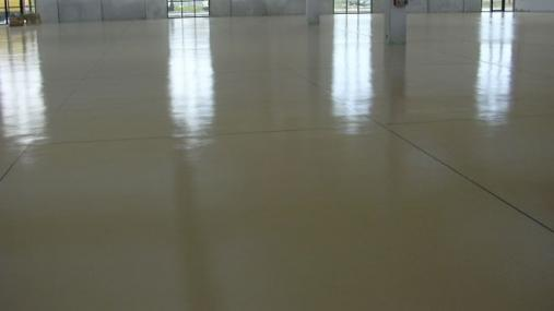 Pavimento in resina industriale beige,